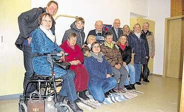 Geschäftsführerin Antje Bertram (rechts) freut sich mit ihren Gästen über die neuen Pflegebetten und auch Airbus-Spendenbeauftragter Michael Wolf (hinten rechts) ist zufrieden. FOTO: SCHWOGE